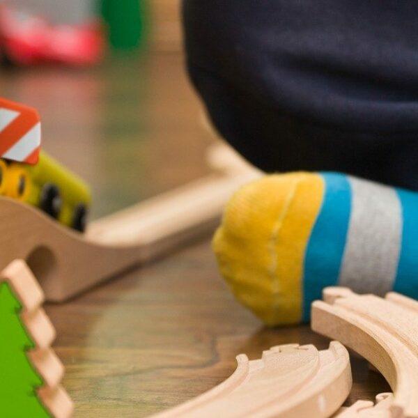 Lapsi leikkii junalla