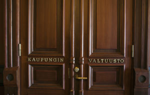 Raatihuoneen valtuustosalin ovi