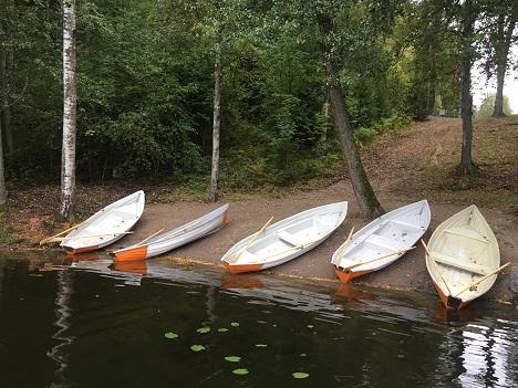Viisi soutuvenettä Aulangon ulkoilumajan rannassa.