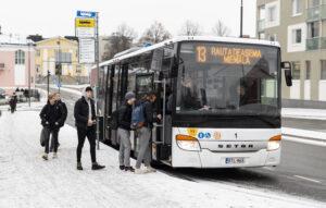 Ihmisiä nousemassa bussiin Turuntien sillan pysäkillä
