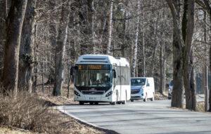 Linja-auto ajaa Aulangon suuntaan