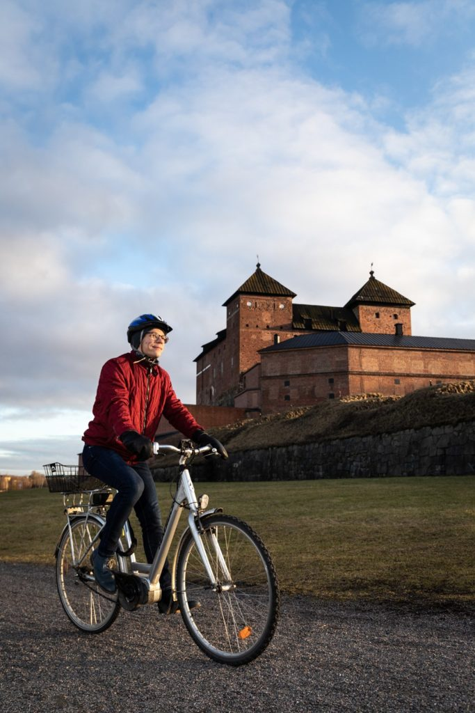 Matti Korkala pyöräilee töihin linnan maisemissa.