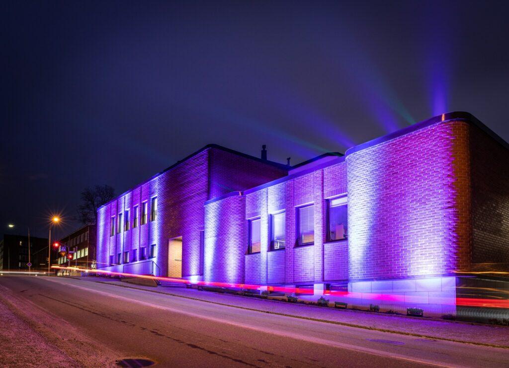 Hämeenlinnan pääkirjasto juhlavalaistuna