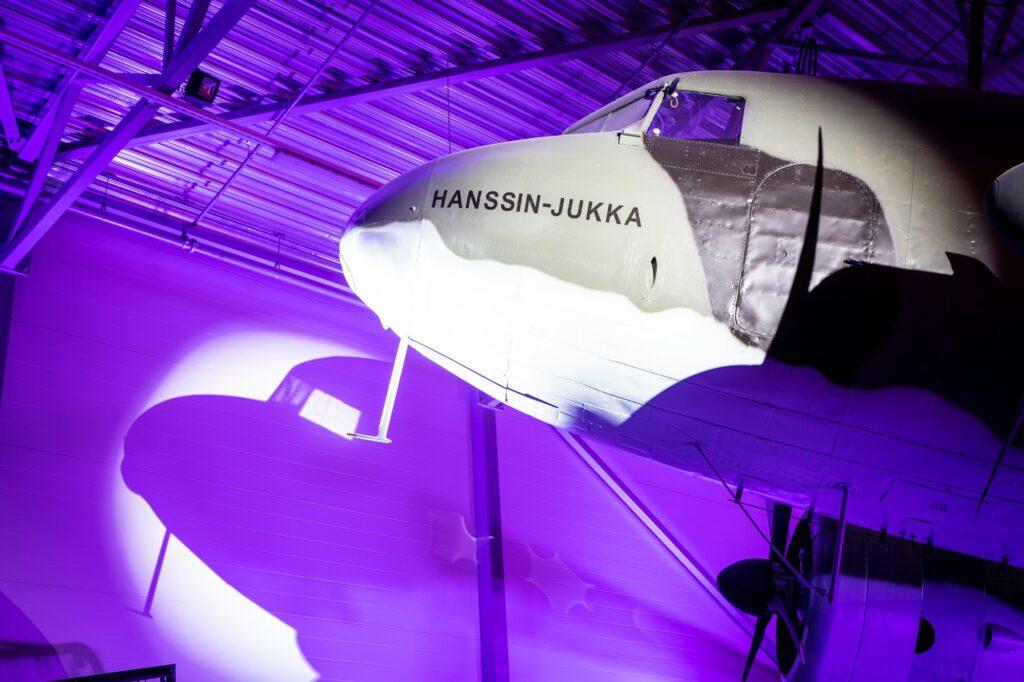 Lentokone Hanssin Jukka juhlavalaistuksessa