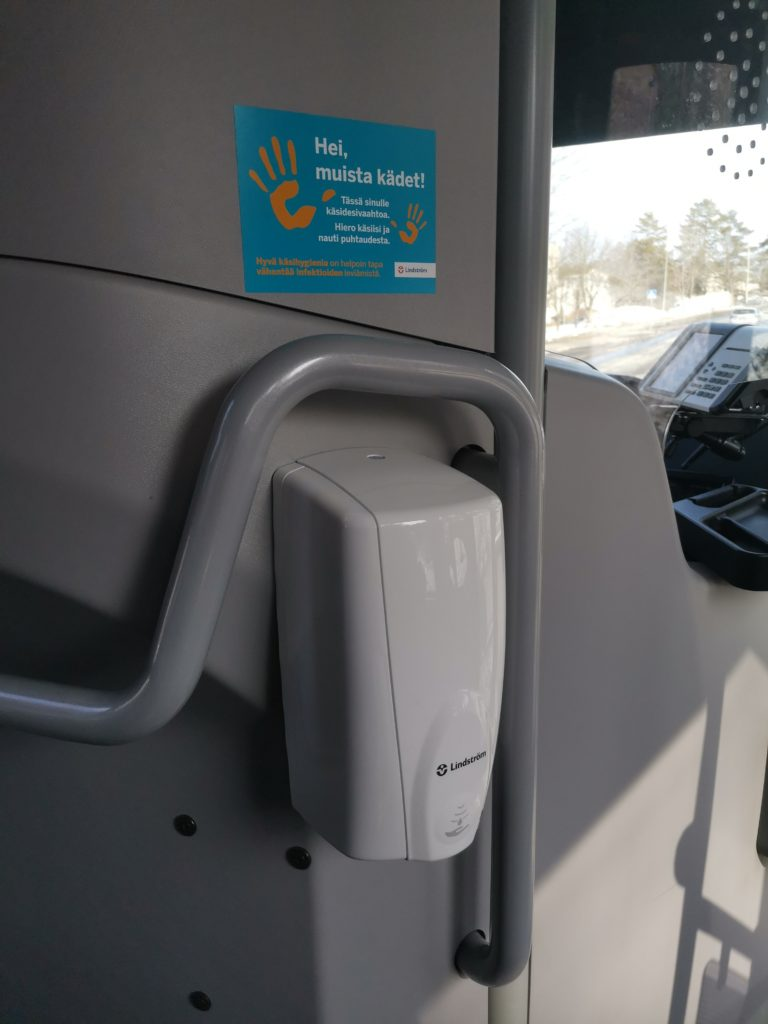 Käsidesiautomaatti bussissa