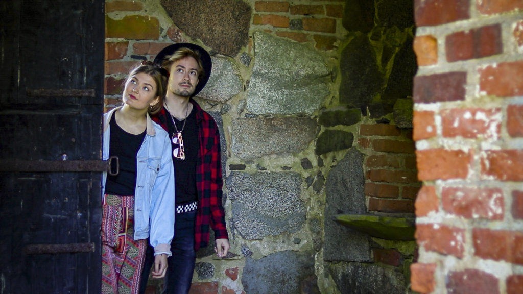 Pariskunta kurkistaa sisään kirkon ovista