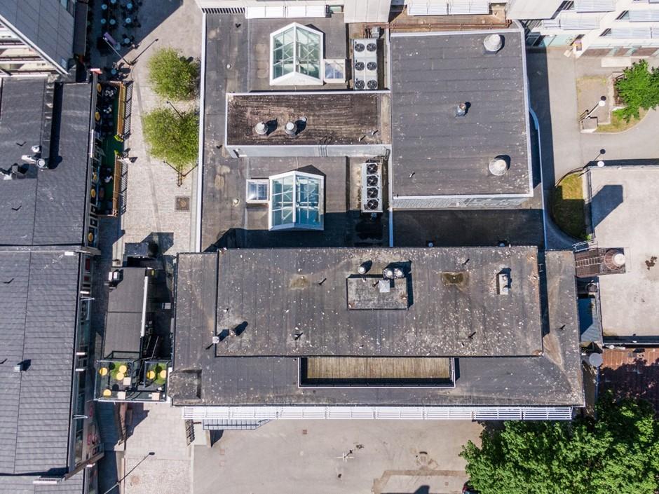 kerrostalojen mustia kattoja kuvattuna ylhäältä päin
