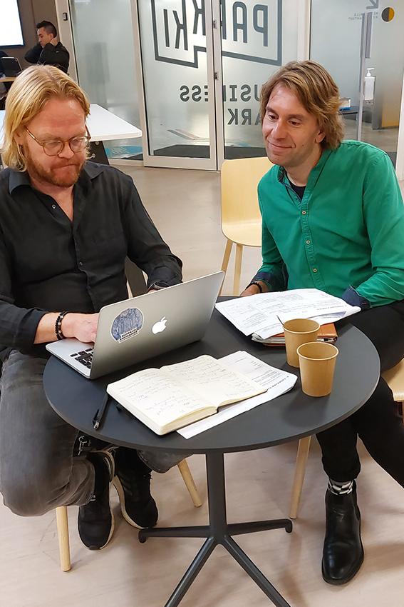 Otto Kanerva ja Miikka Anttila pöydän ääressä